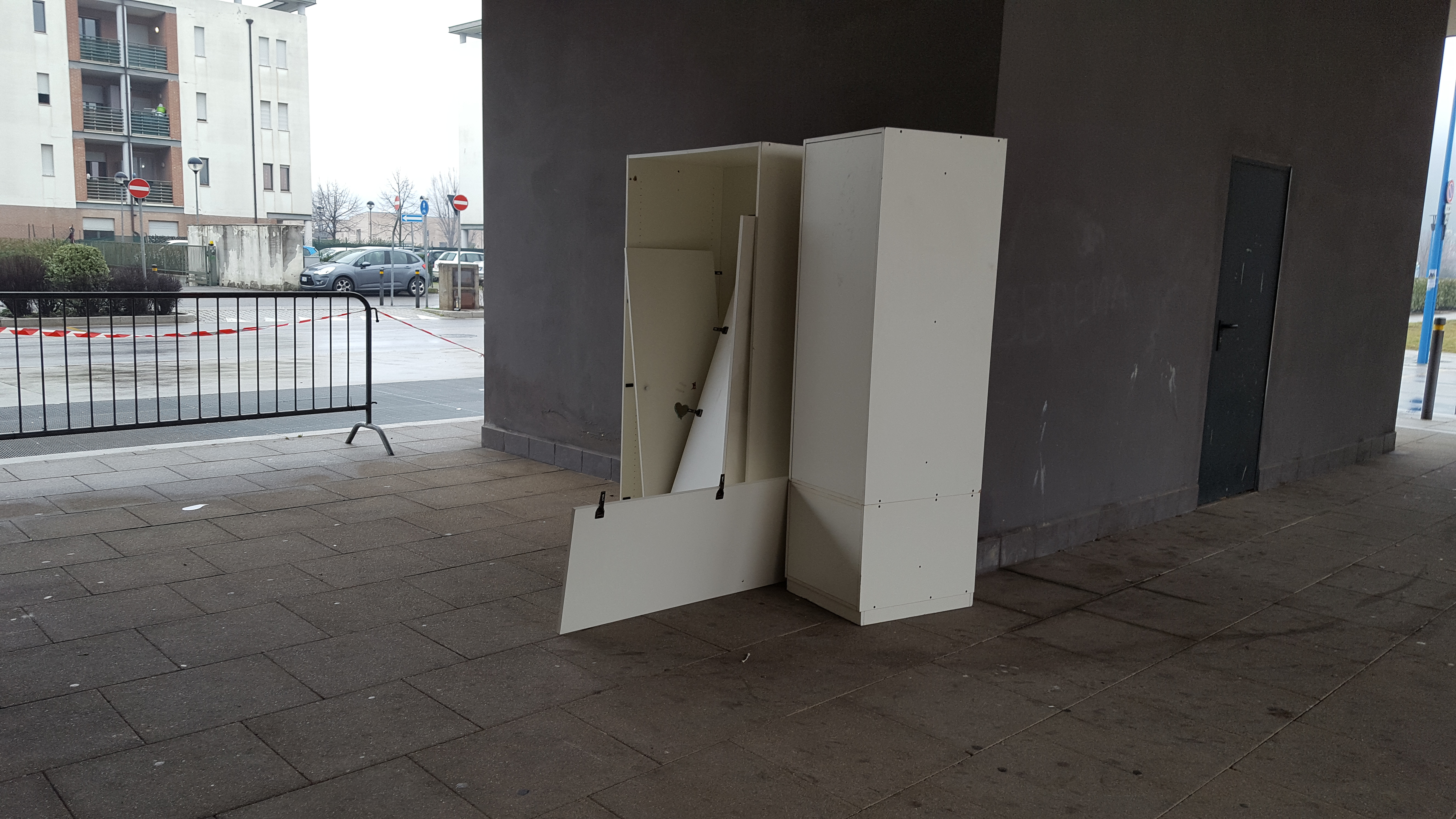 RIFIUTI AMMASSATI IN GARAGE: LA PROTESTA DEI RESIDENTI